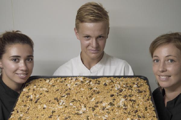 Artisan granola bio humain engagement la main dans le bol