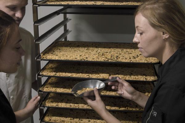Artisan bio qualité des produits engagement la main dans le bol
