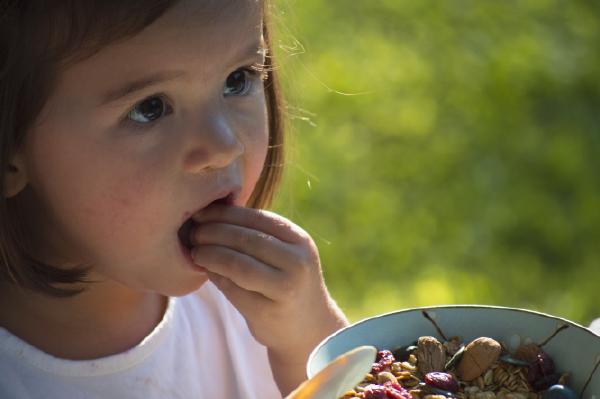 Granola 100% bio, la main dans le bol, céréales bio petit déjeuner