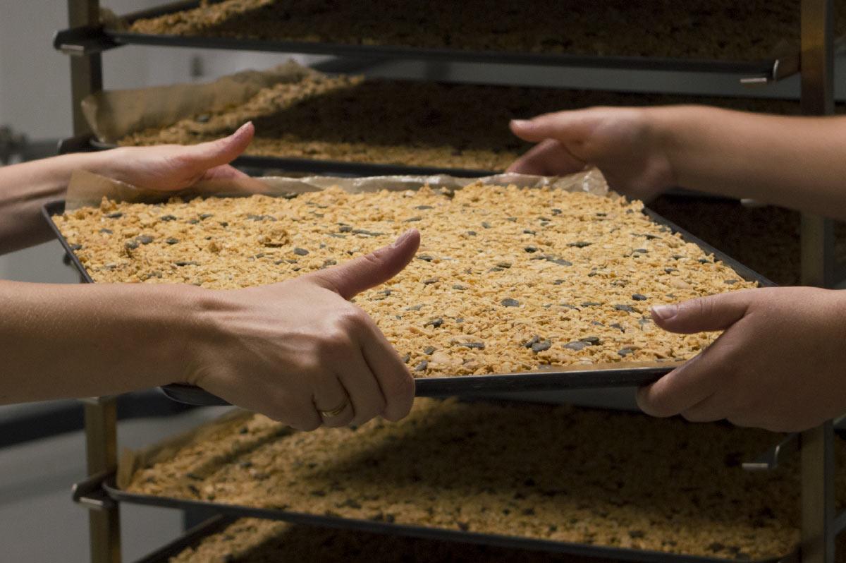 Valeurs et engagement la main dans le bol céréales granola bio